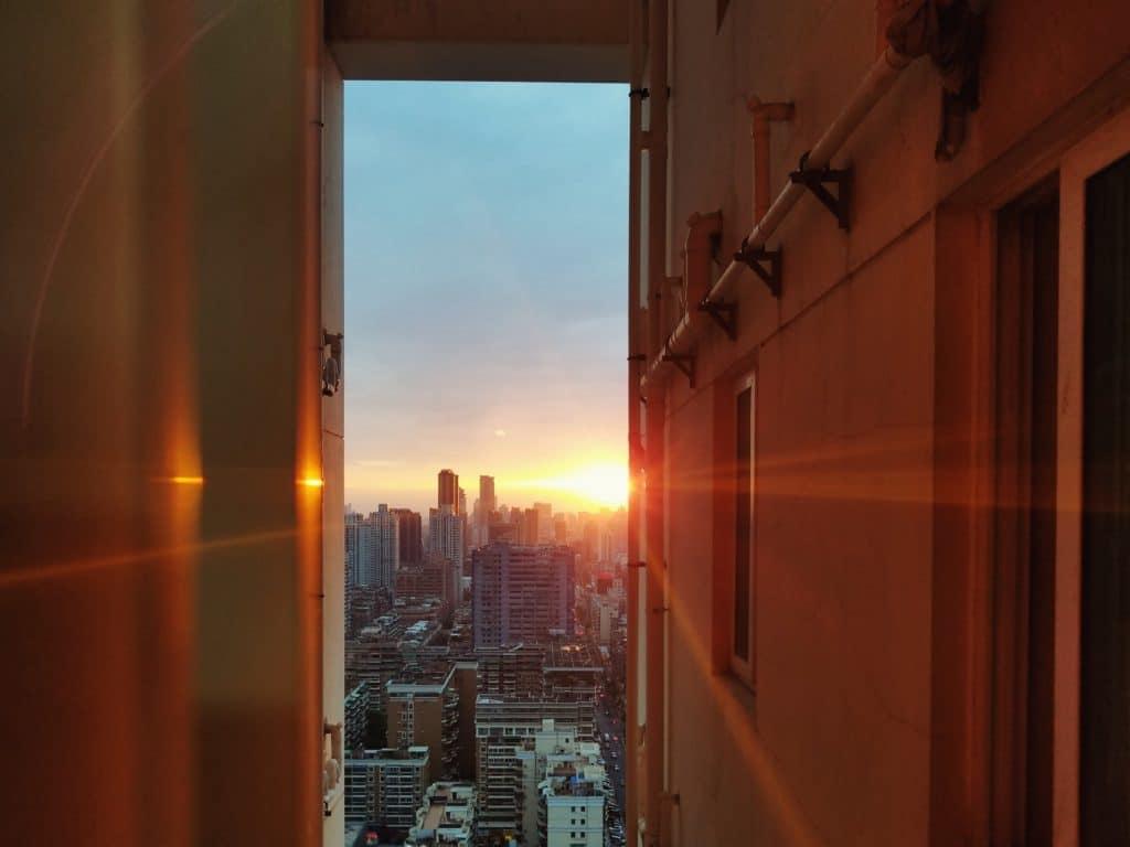 Sonne scheint durch Lücke zwischen zwei Häusern