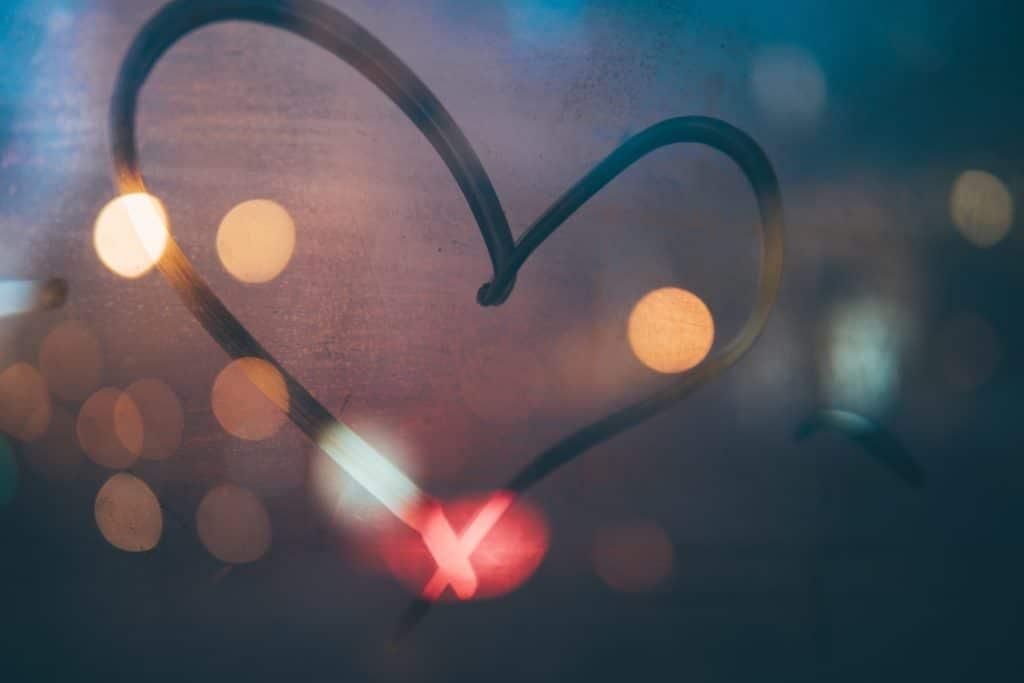 ein Herz, das auf eine beschlagene Scheibe gemalt wurde