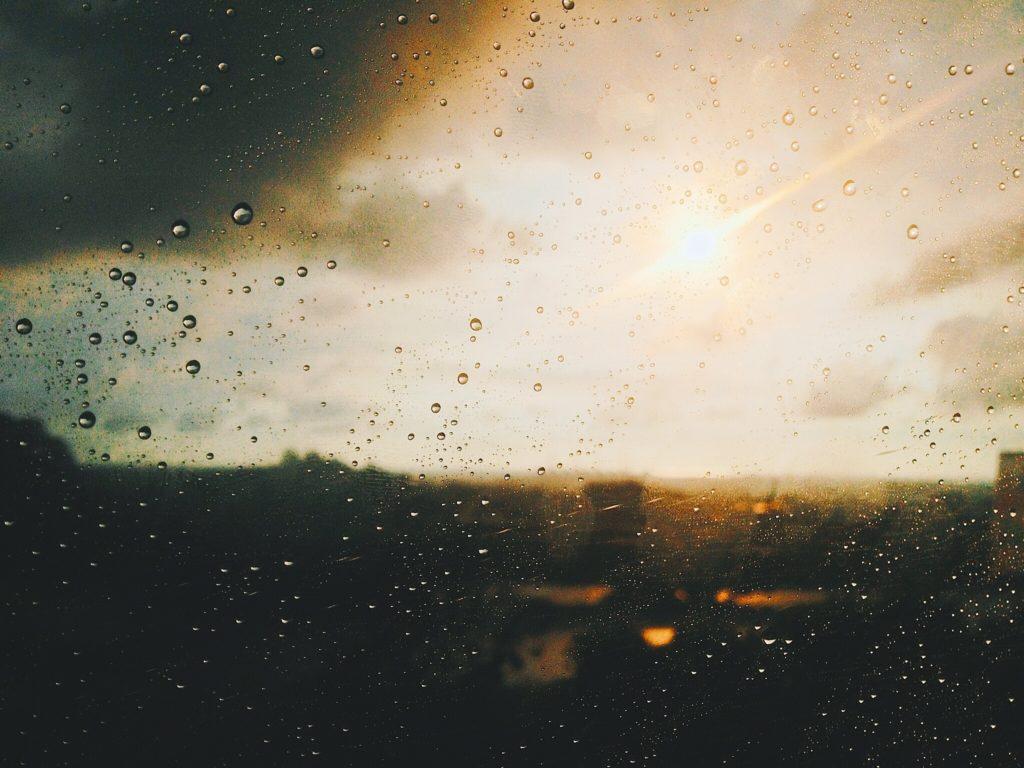 Sonne kommt nach Regen durch die Wolken