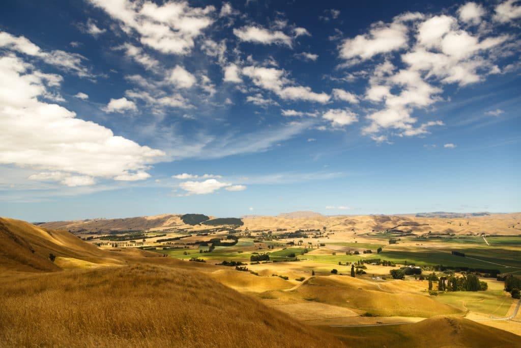 blauer Himmel über einer Landschaft