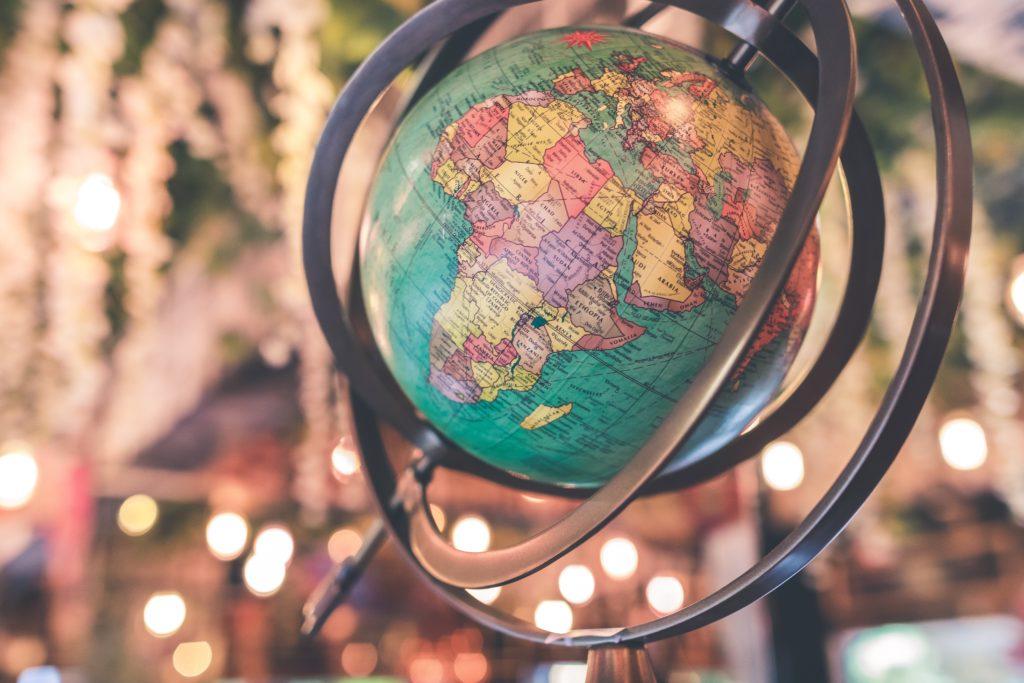 ein Globus hängt von der Decke