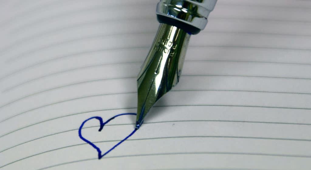 Herz auf einem Blatt mit Füller geschrieben
