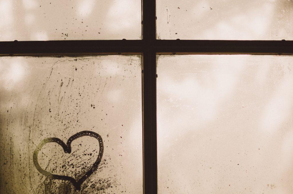 Her an einem beschlagenen Fenster