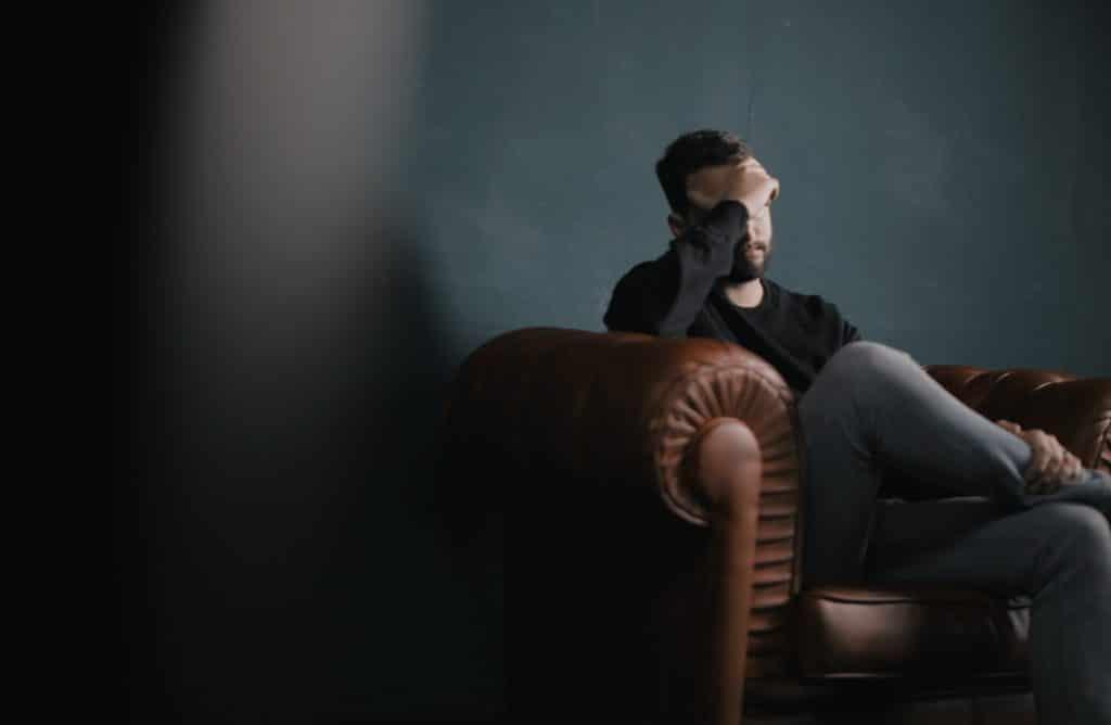 nachdenklicher Mann auf dem Sofa