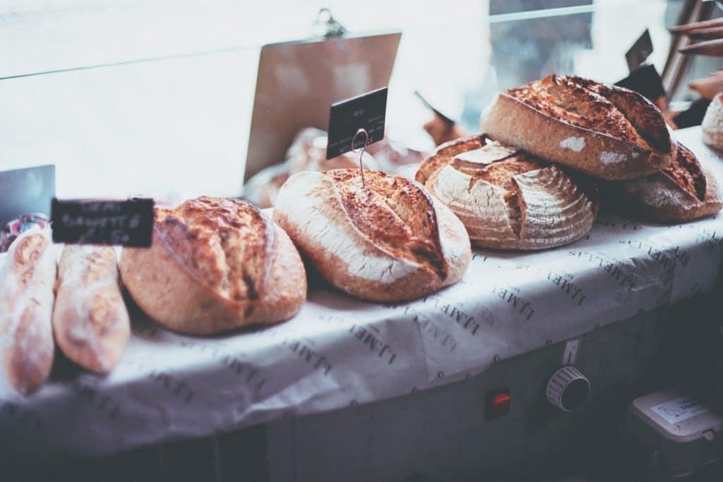 Brot zum Verkauf angerichtet