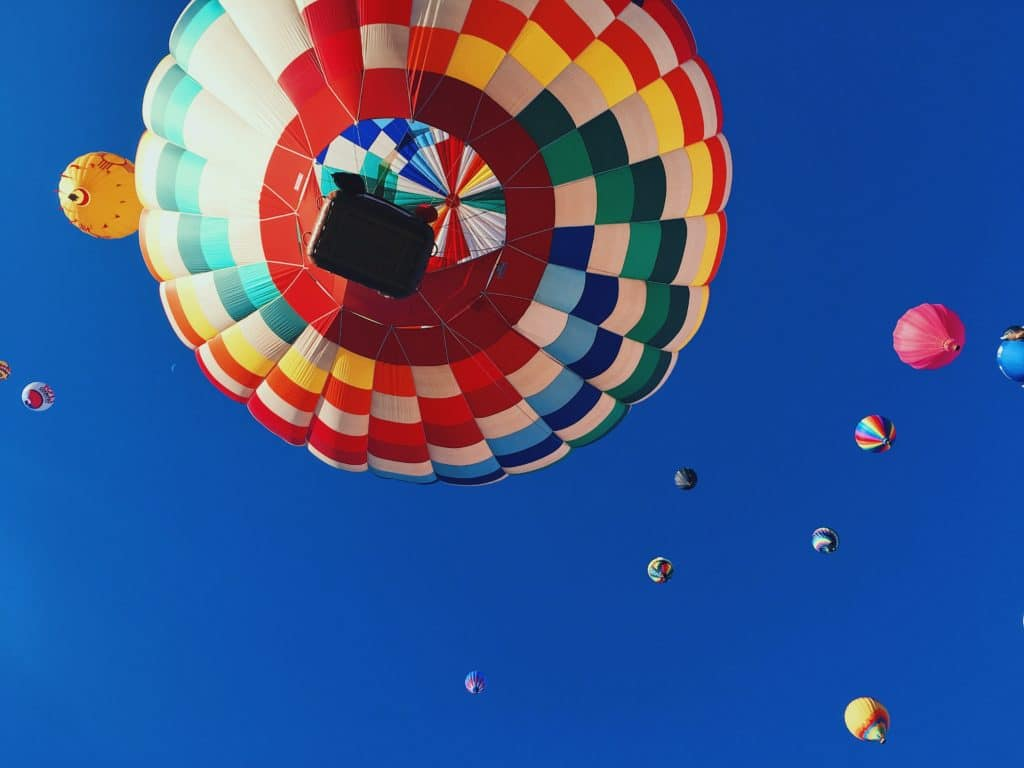 Heißluftballons am Himmel