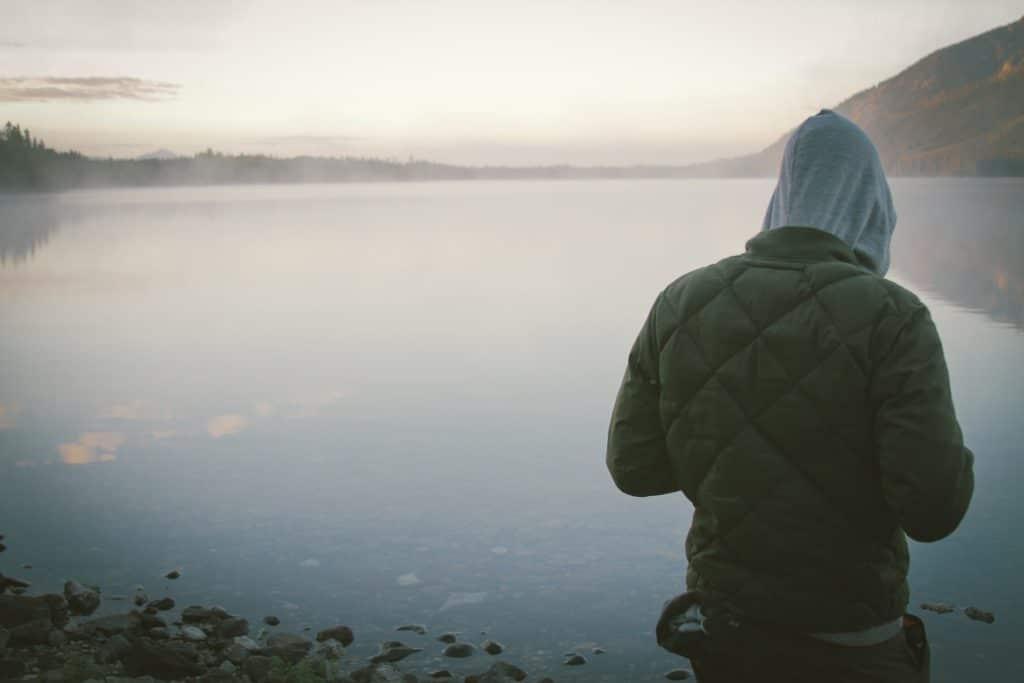 Person von hinten an einem See