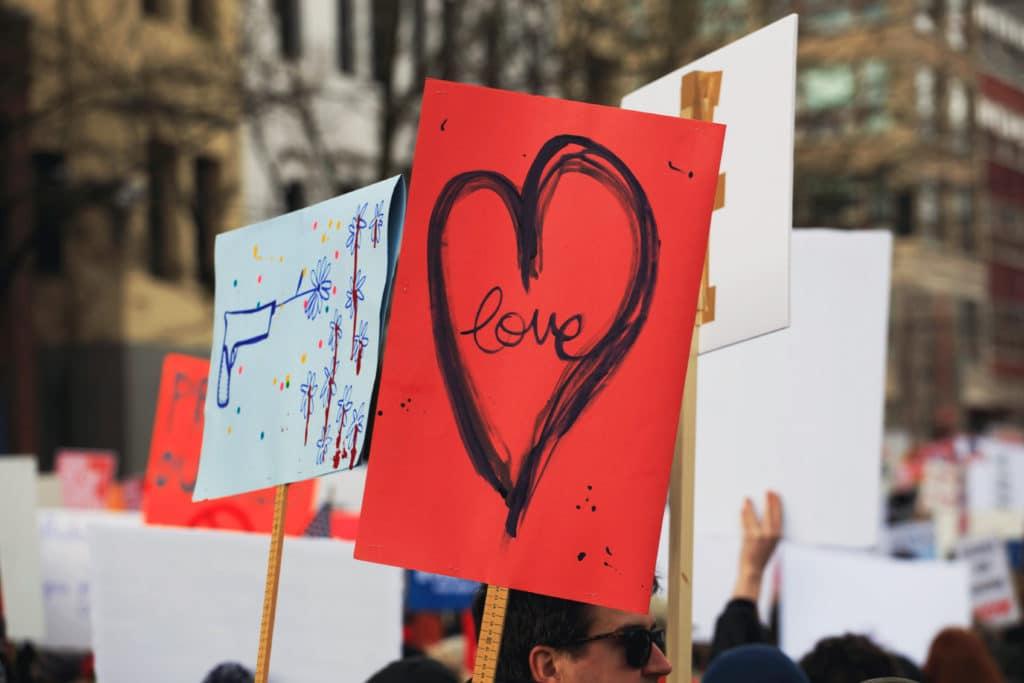 Plakat mit Herz bei einer Demonstration