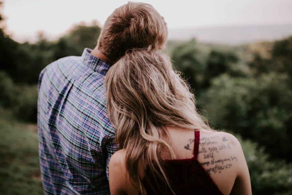 Mann und Frau lehnen aneinander