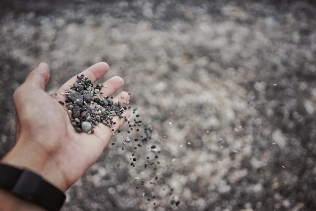 Hand mit Steinen