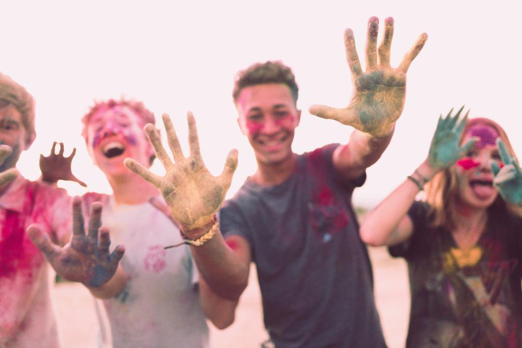 Junge Menschen mit bunter Farbe