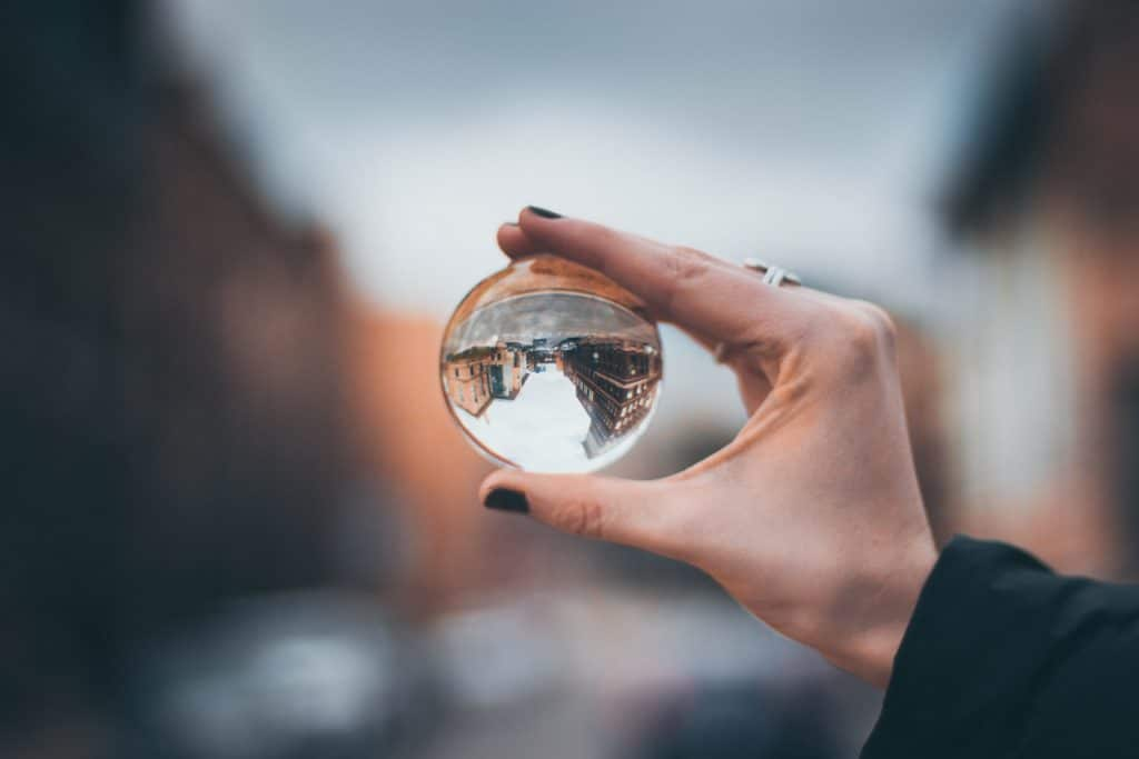 Frauenhand hält Glaskugel