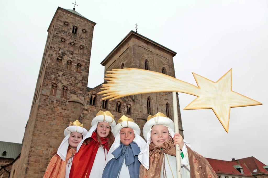 Sternsinger vor dem Osnabrücker Dom