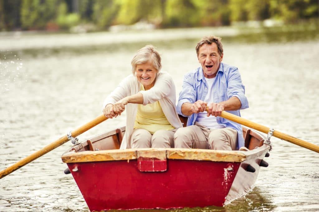 Mann und Frau in einem Ruderboot auf dem See