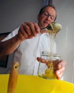 Domkapitular Ulrich Beckwermert füllt seinen Honig ab