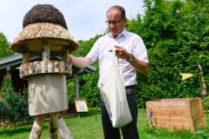 Domkapitular Ulrich Beckwermert in seinem Garten