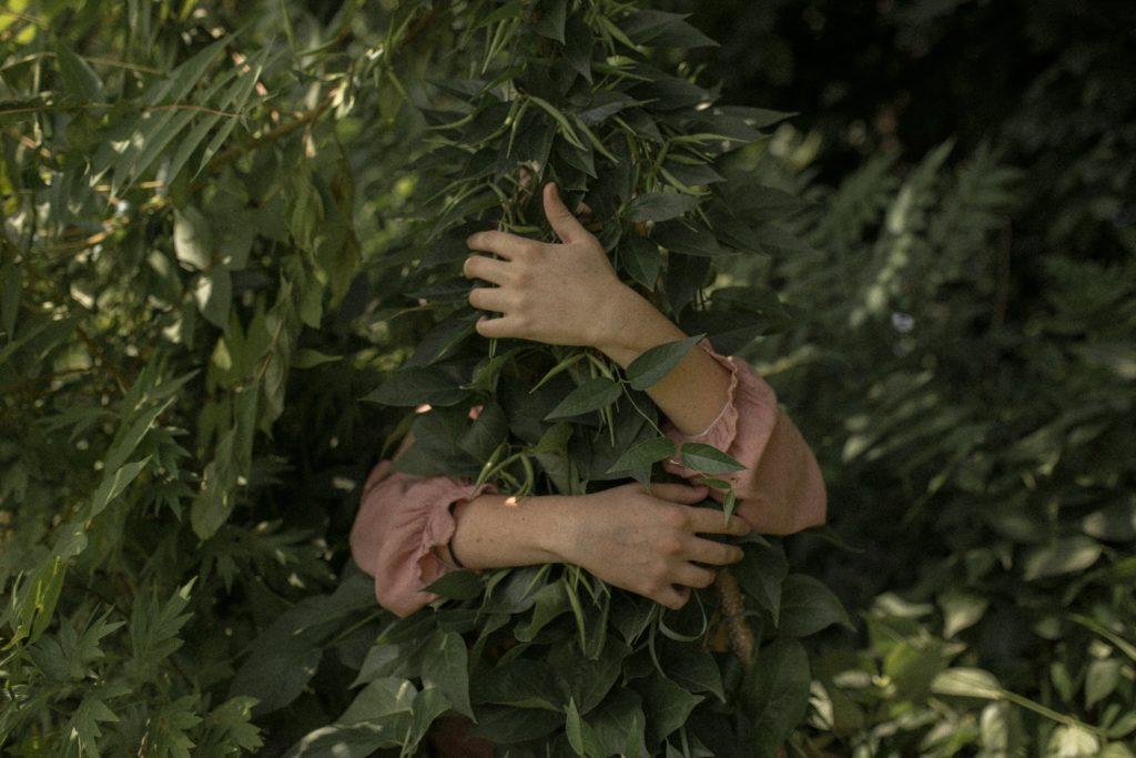 Frau umarmt Grün