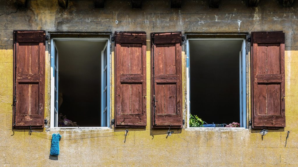 zwei offene Fenster