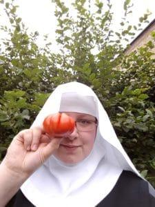 Sr. Josefine mit einer Tomate