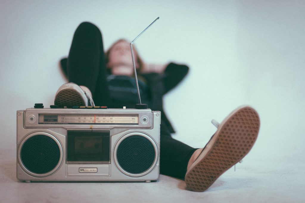 Frau hört Radio