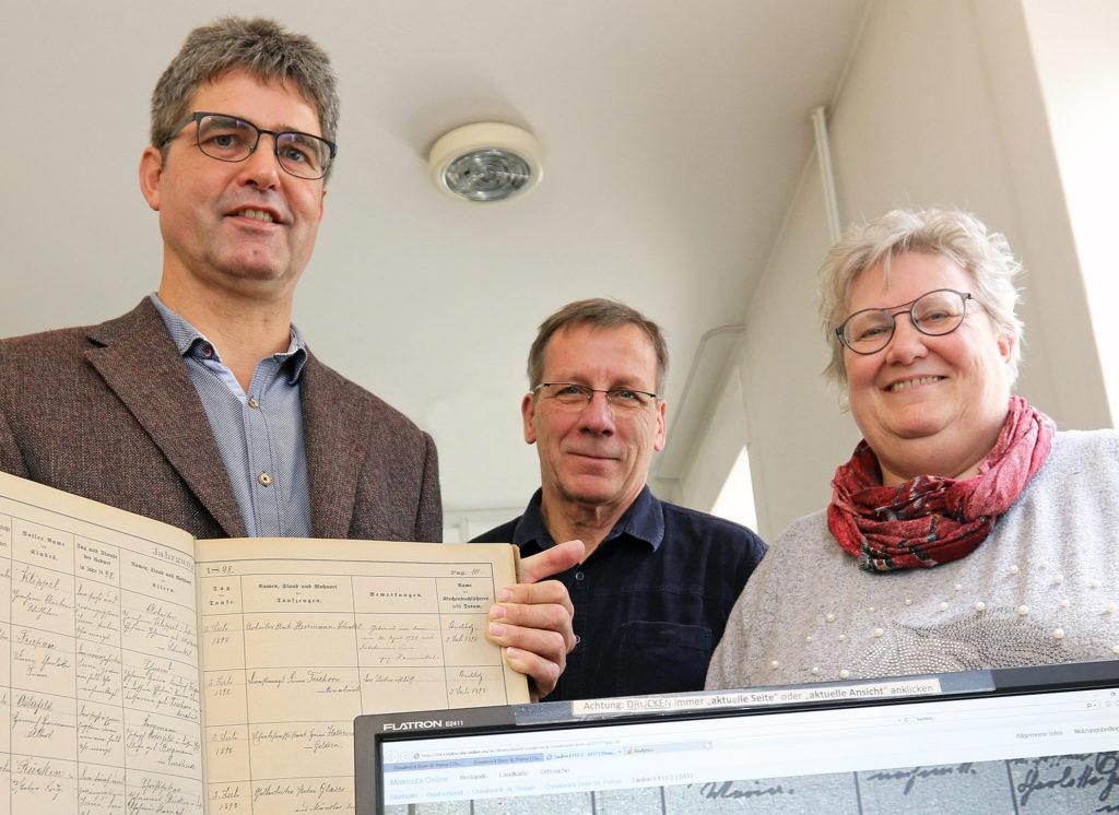 Georg Wilhelm, Joachim Herrmann und Maria Rehnen (von links) vom Osnabrücker Bistumsarchiv