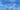 zwei Bänke auf einer grünen Wiese vor blauem Himmel