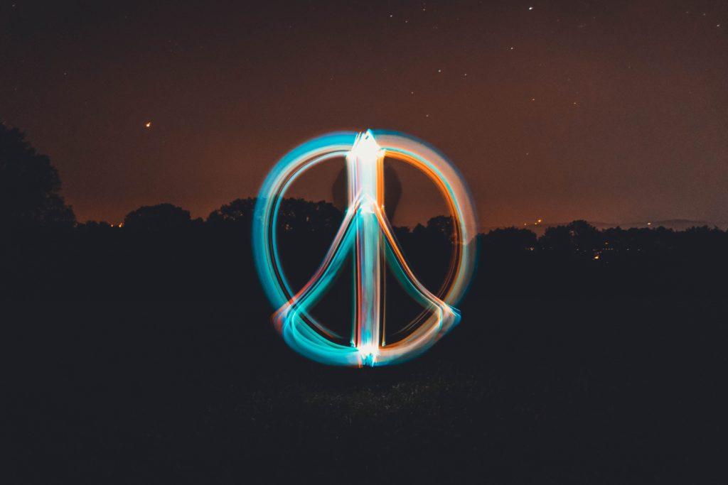 Peace-Zeichen aus Licht