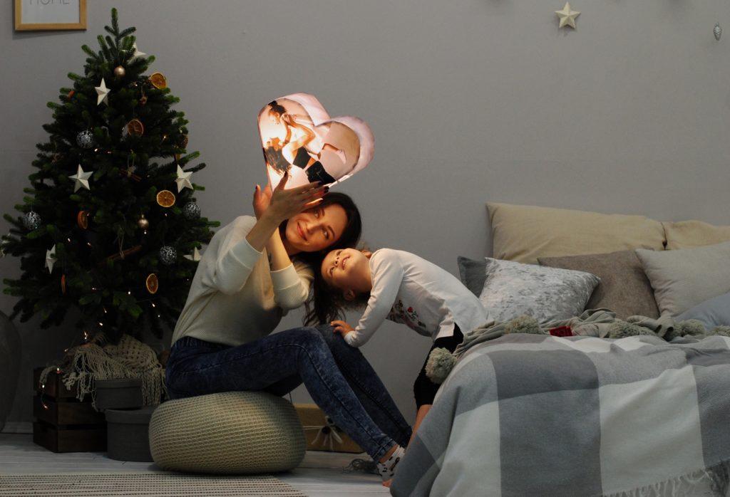 Frau und Kind neben dem Weihnachtsbaum