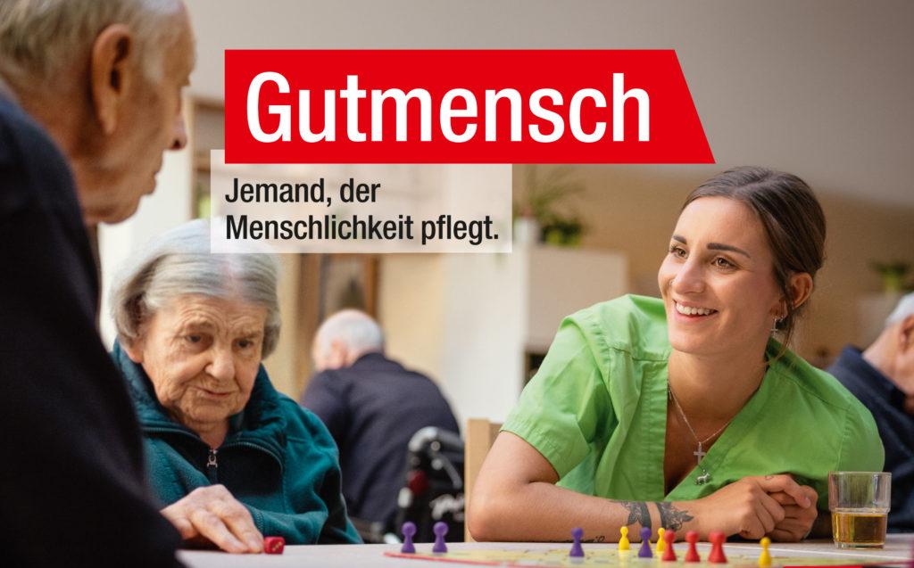 Pflegerin mit älteren Leuten