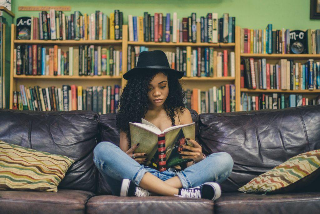 Junges Mädchen/ Frau am lesen