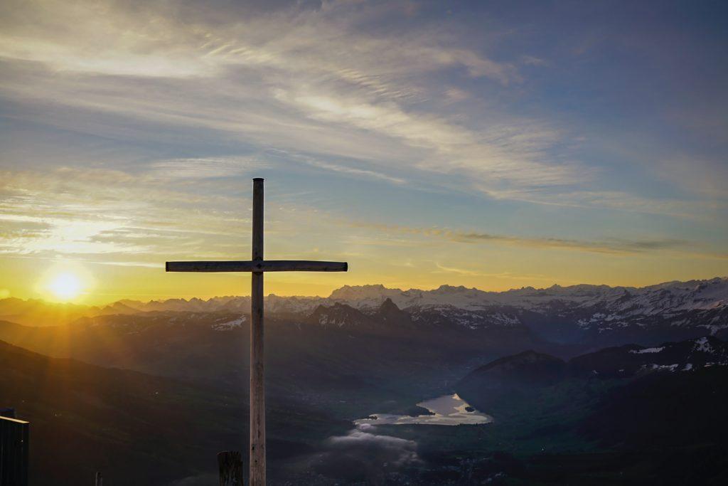 Kreuz im Sonnenaufgang