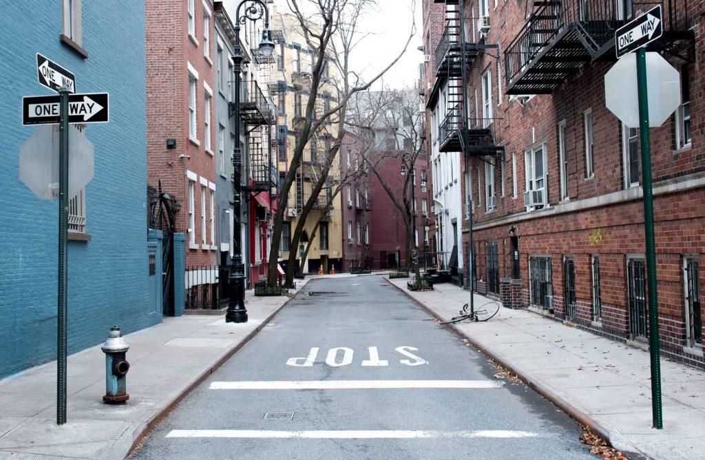 Straße zwischen Häusern