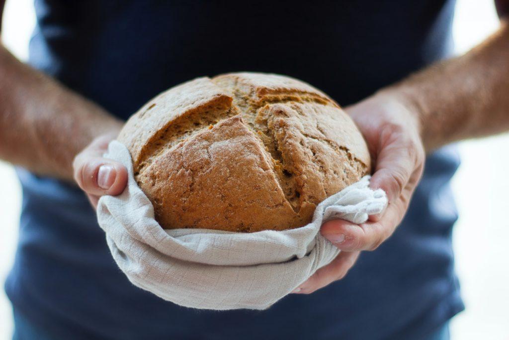 Hände halten Brot
