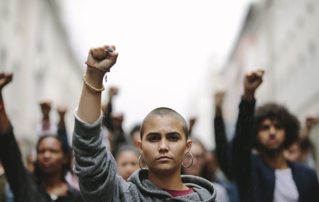 Frau führt Demonstrantion an