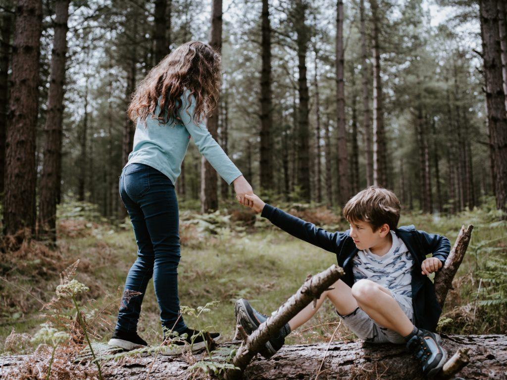 Mädchen hilft Jungen