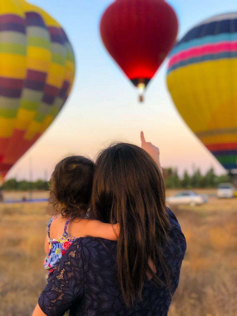 Mutter und Tochter schauen Ballons an