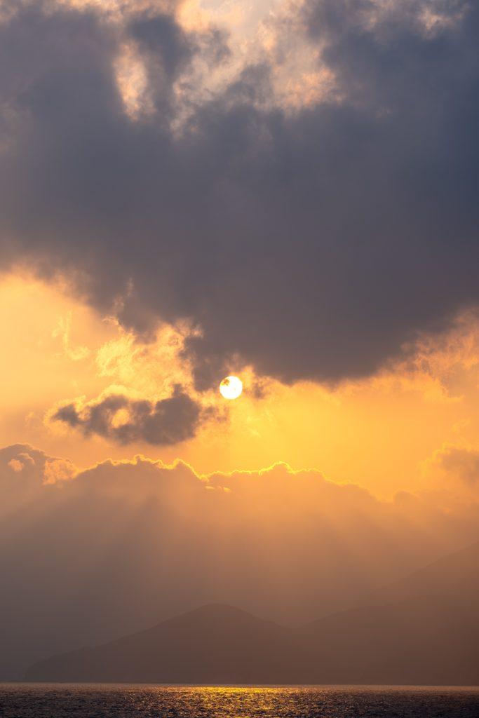 Sonne und Wolken und Himmel