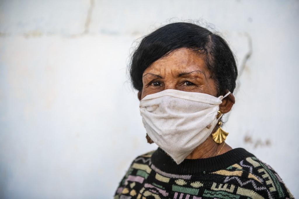 Eine alte Frau mit Mundschutz