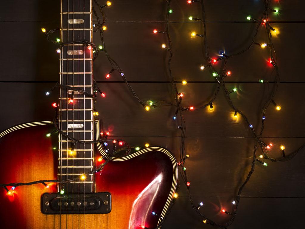 Gitarre mit Lichterkette