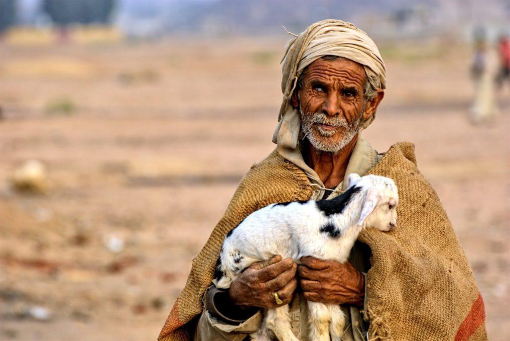 Hirte mit einem Lamm auf dem Arm