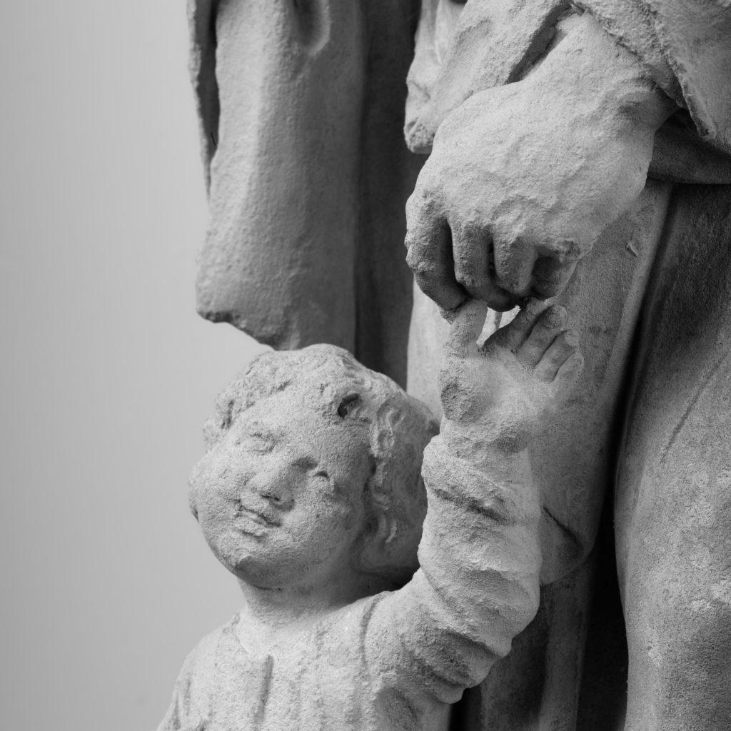 Ein glückliches Kind an der Hand seines Vaters