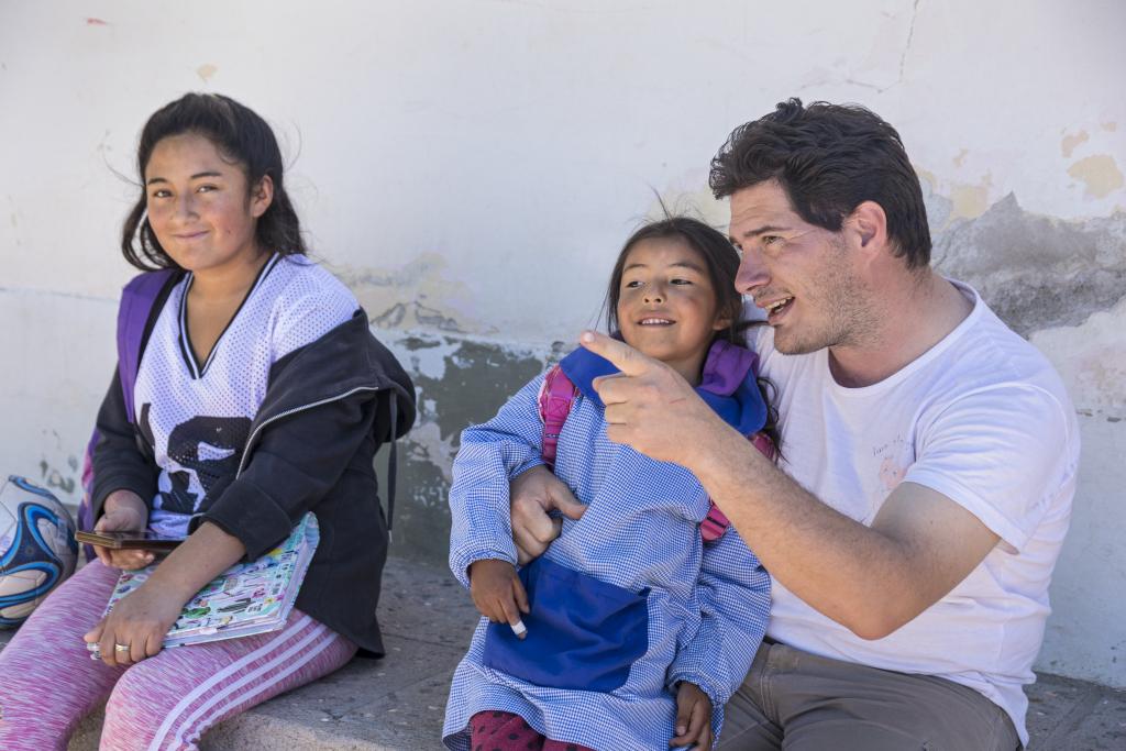 Padre Lucas (rechts) und zwei Mädchen aus seiner Gemeinde in Argentinien.