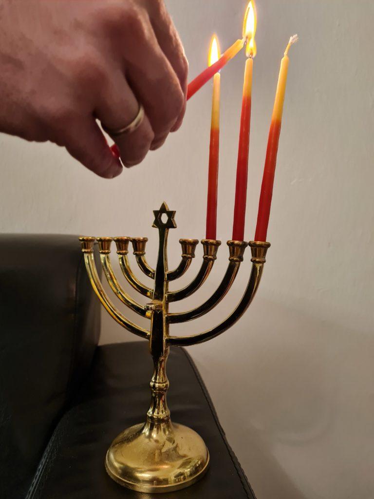 Ein Kerzenleuchter, der angezündet wird. uchter