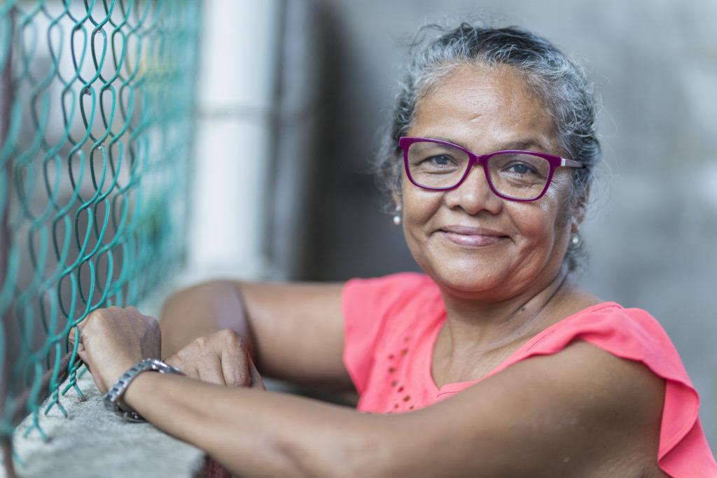 Eine Frau mit Brille (Iris Argüello) schaut in die Kamera