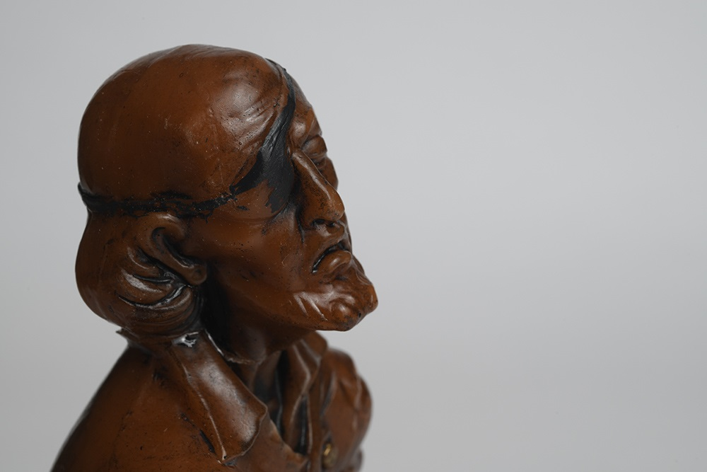 Eine Krippenfigur aus Wachs, die einen schwer verwundeten Mann zeigt.