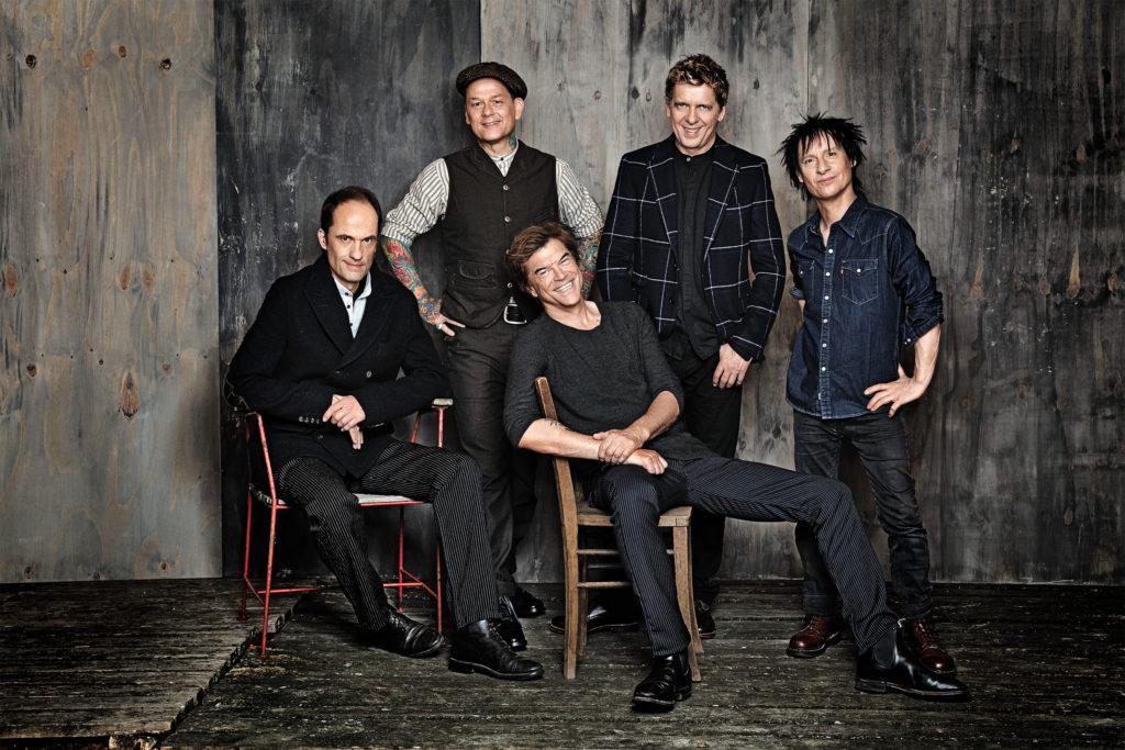 """Die Bandmitglieder der """"Toten Hosen"""" stehen zusammen."""