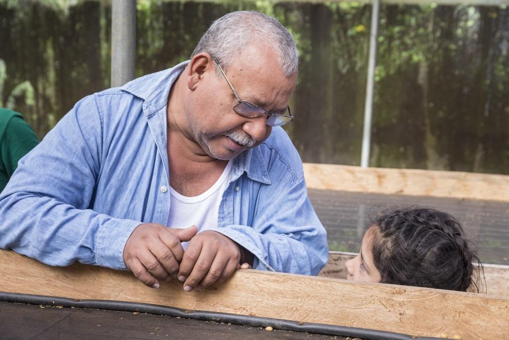 Ein alter Mann spricht mit einem kleinen Mädchen