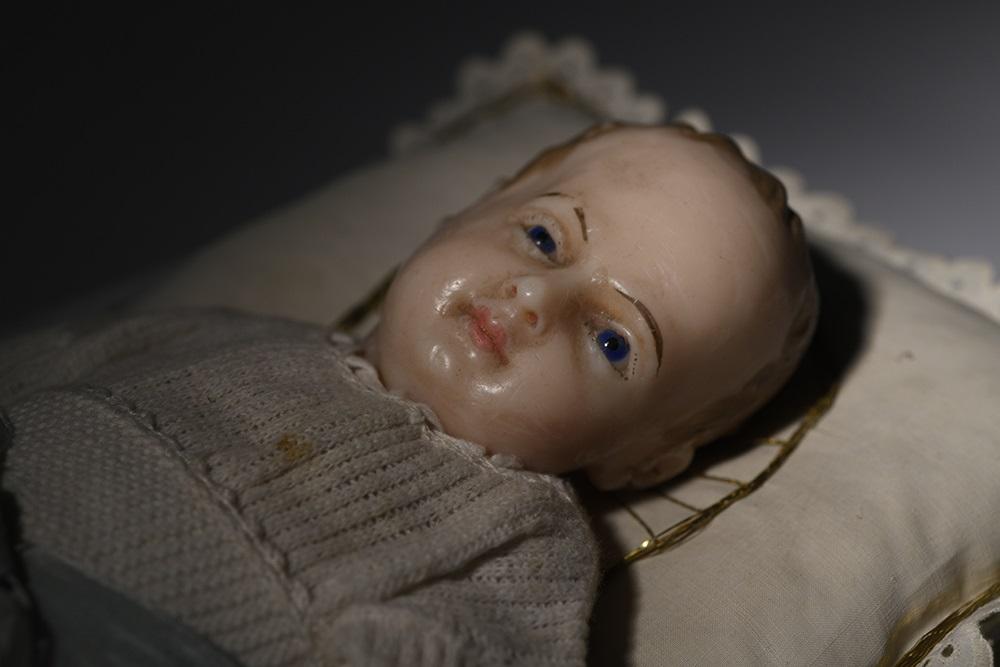 Ein Kopf einer Figur, die Jesus als kleines Kind zeigt