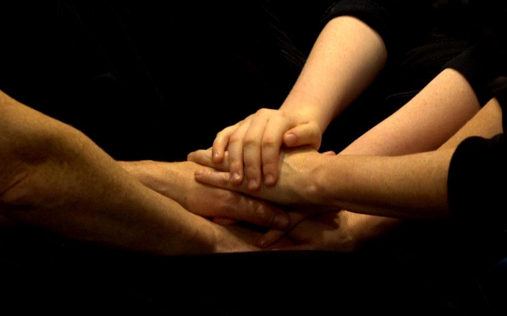 Hände, die aufeinander liegen