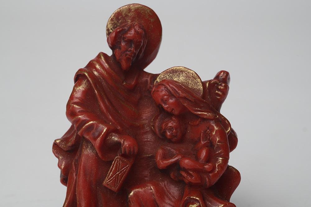 Eine Krippe aus Wachs zeigt die Heilige Familie mit Jeus, Maria und Josef